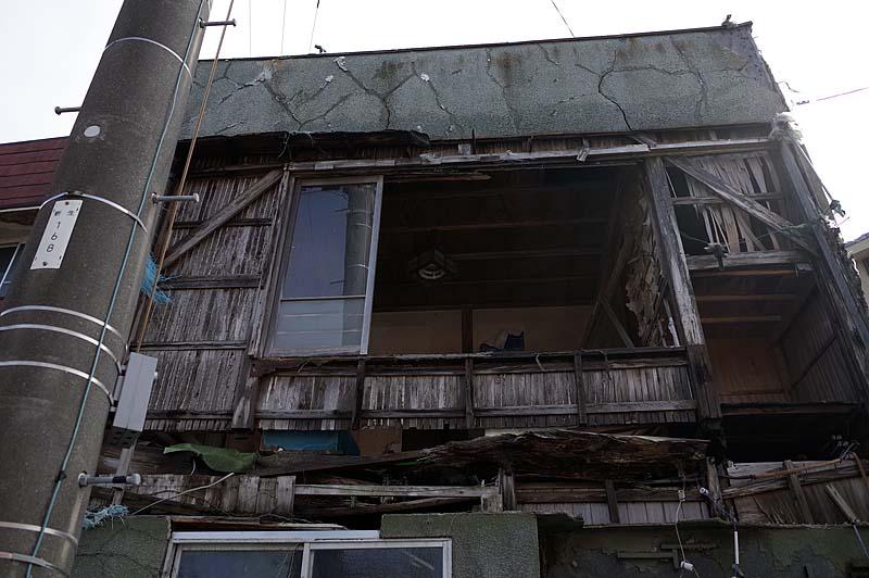 いやー昨夜の風は家が倒れるかと思った。断っておきますが昨夜の暴風雨で我家がこんな姿になったわけではないので。