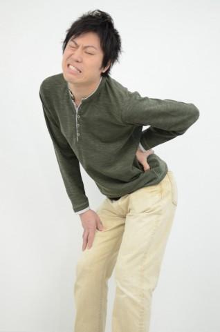 朝起きて腰が痛いのは低気圧のせい?